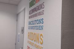 ADMR Mende lettre relief mural intérieur vue tranche
