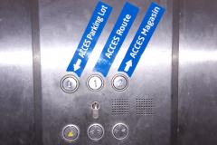 Hyper U plaquette relief ascenseur